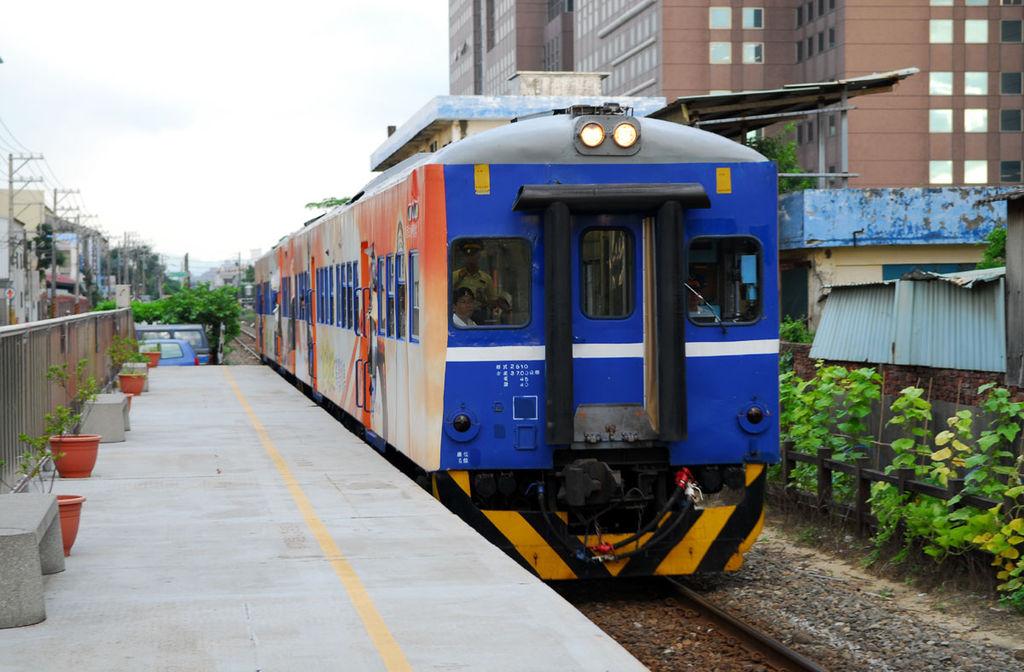 https://upload.wikimedia.org/wikipedia/commons/thumb/2/2e/DR2510_Train_on_LinkouLine.jpg/1024px-DR2510_Train_on_LinkouLine.jpg