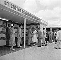 De koningin bezoekt de stand van de Stichting Planbureau Suriname op de Surinaam, Bestanddeelnr 252-4294.jpg