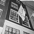 De vlag uit de Stichting DOude Stadt , wethouder Tabak steekt vlag uit aan de St, Bestanddeelnr 917-0565.jpg