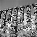 Details van de 5 meter hoge menora, gezien vanuit de tegenoverliggende Knesset (, Bestanddeelnr 255-2239.jpg