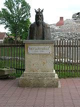 Nagy Lajos király szobra a vár előtt
