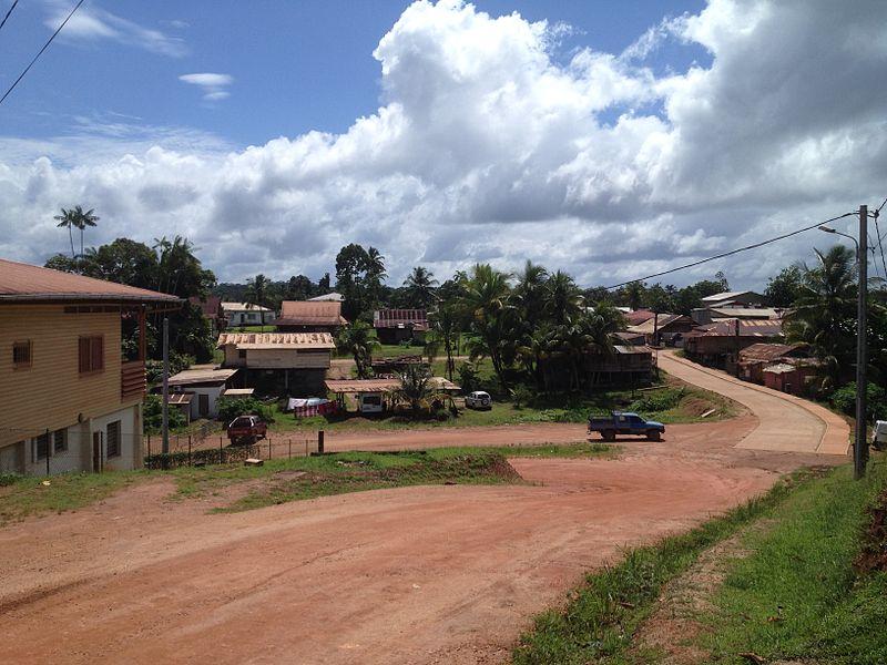 Une rue du centre ville de Maripasoula