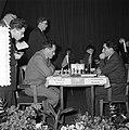 Eerste ronde landentoernooiwereldkampioenschap Schaken Aan bord links Geller re, Bestanddeelnr 907-6627.jpg