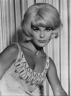 Elke Sommer nello show televisivo The Jack Benny Hour (1965)