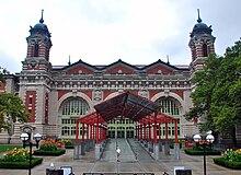 Entrada al Edificio Principal, vista desde el sur.  En primer plano se aprecia la marquesina de entrada y al fondo los tres arcos de la fachada sur, así como dos de las torres ornamentales.