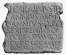 Epigrafe di epoca romana rinvenuta in Adorgnano nel 1902. L'iscrizione ricorda i nomi dei commissari inviati da Aquileia per erigere e collaudare una cinta muraria a Tricesimo