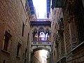 """España, Barcelona, Barrio Gótico. Antiguo puente sobre la """"Calle del Obispo"""". Une los palacios de la Archidiócesis y el Archivo Histórico de la Ciudad. - panoramio.jpg"""