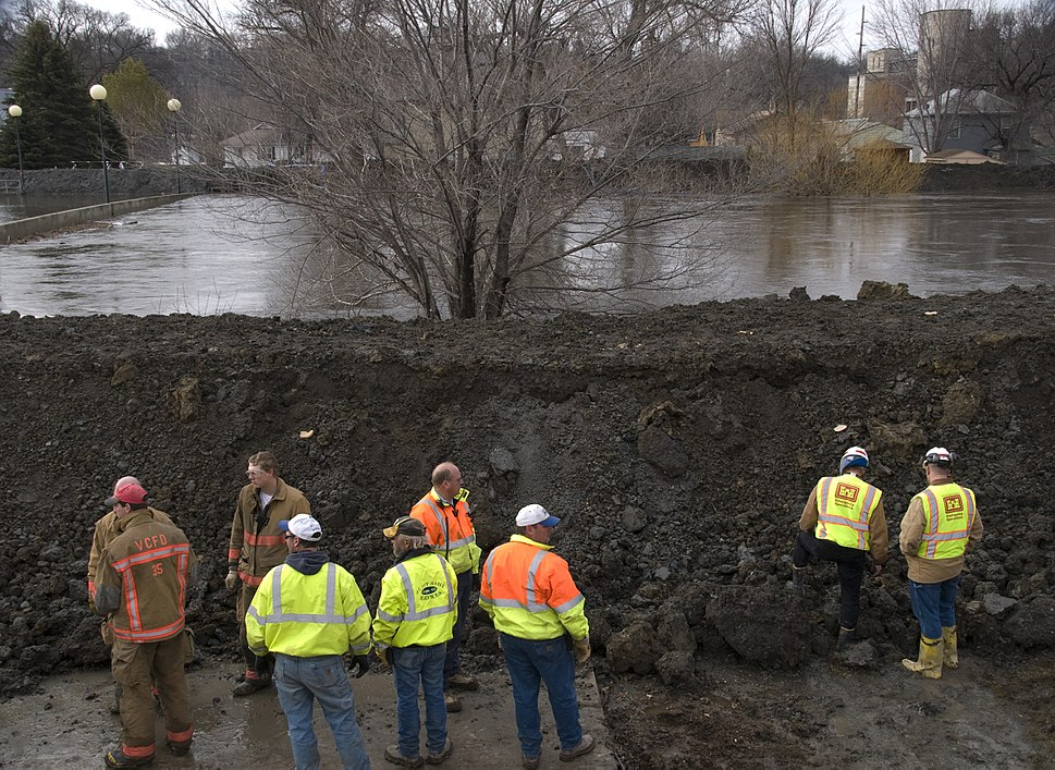 FEMA - 40655 - USACOE in Valley City, ND inspecting a dike