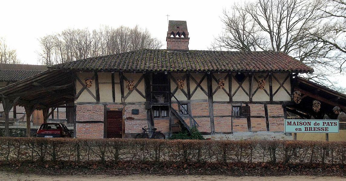 Ferme des Mangettes et sa cheminées sarrazine: maison des pays de Bresse.