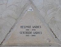 Feuerhalle Simmering - Arkadenhof (Abteilung ALI) - Hellmut Andics 02.jpg