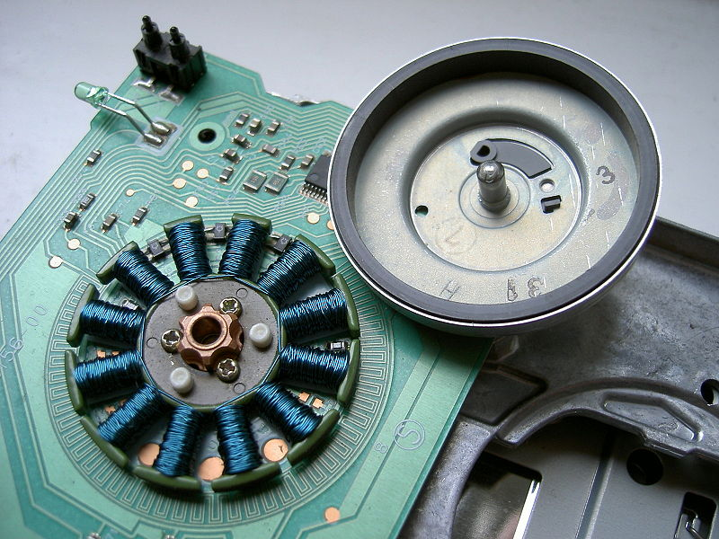 File:Floppy drive spindle motor open.jpg