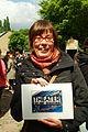 Franziska Helle mit ihrem Foto Theater an der Glocksee während des Flohmarkts auf dem Faust-Gelände in Hannover-Linden I.jpg