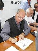 G. Wolinski dédicaçant à la fête de l'Huma 2007-00.JPG
