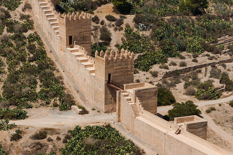 https://upload.wikimedia.org/wikipedia/commons/thumb/2/2e/Gate_city_wall,_Almeria,_Spain.jpg/800px-Gate_city_wall,_Almeria,_Spain.jpg