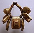 Ghana, akan, ornamento per il braccio in legno, fibra, pelle e oro, xx secolo 03.jpg
