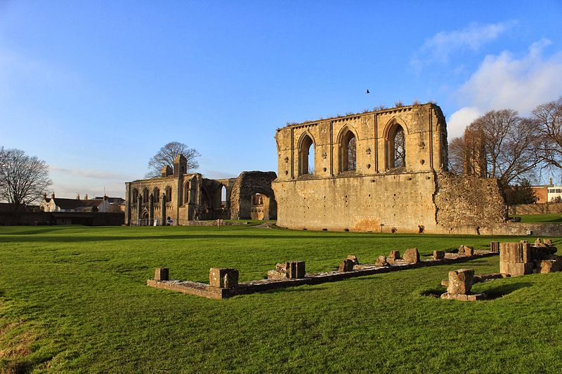 File:Glastonbury Abbey Ruins 2.JPG