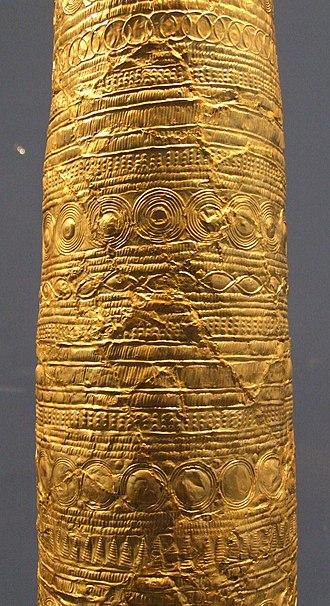 Golden Cone of Ezelsdorf-Buch - Image: Goldblechkegel von Ezelsdorf Buch 3 unterer Teil des Schaftes