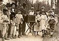 Grupo de pessoas ao redor de realejo, na praça da República - Vincenzo Pastore.jpg
