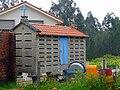 Hórreo de cruz azul, Insuachan, Boiro.jpg