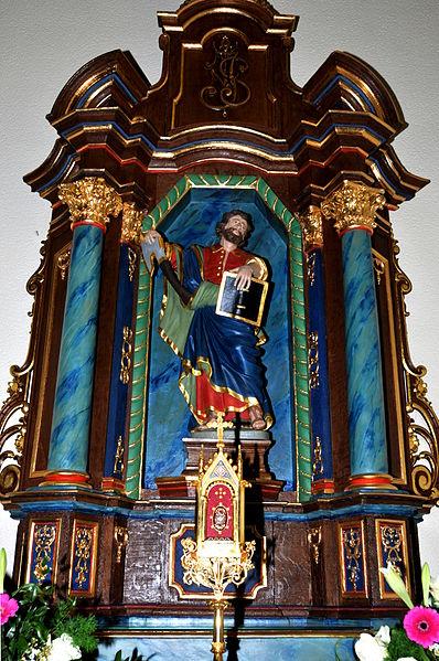 Um Jousefs-Altor, dem rietsen Niewenaltor an der Kierch zu Hiefenech, steet während der Ouschterzäit eng barock Statu vum Hellege Matthias, déi soss bei der Entree hannen an der Kierch steet.