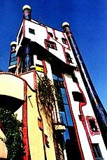 Hundertwasserhaus en Plochingen con torres