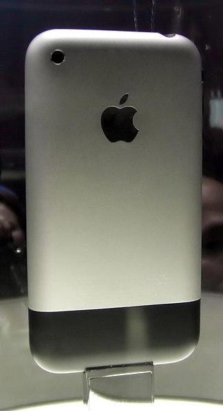 Vista trasera del primer iPhone. La parte de atrás está hecha de aluminio y de plástico de color negro.