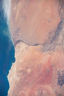Orbitaufnahme aus der ISS des Unterlaufs mit der Mündung in den Atlantischen Ozean (20. März 2020)