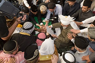 Mirza Masroor Ahmad - Mirza Masroor Ahmad taking the international Bay'ah (oath), 2008