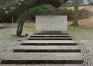 http://upload.wikimedia.org/wikipedia/commons/thumb/2/2e/John_F_Kennedy_Memorial%2C_Runnymede_-_geograph.org.uk_-_1750972.jpg/320px-John_F_Kennedy_Memorial%2C_Runnymede_-_geograph.org.uk_-_1750972.jpg