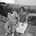 Josephine Baker in Kasteel Les Milandes J B met Afrikaanse student, Bestanddeelnr 912-6489.jpg