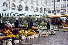 Karlsruhe, Blumenmarkt auf dem Marktplatz.JPG