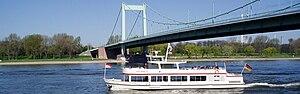 Koeln-Muelheim Brücke mit Schiff breit