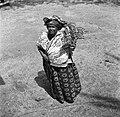 Kotomisi Pauline gekleed in feestkleding in rood, wit, blauw en met portretten v, Bestanddeelnr 252-5456.jpg