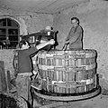 Kuip bij een electrisch-hydraulische wijnpers wordt gevuld, Bestanddeelnr 254-4222.jpg