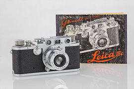LEI0320 189 Leica IIIc chrome - Sn. 384761 1941-M39 Front view with brochure-Bearbeitet.jpg