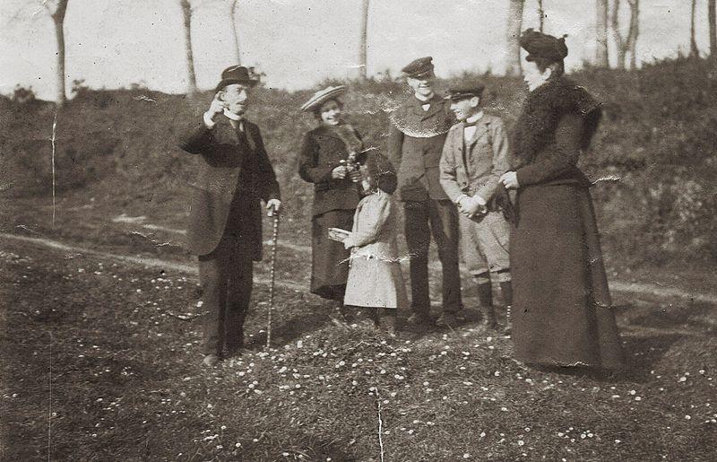File:La famille du négociant servannais (Saint-Malo) Paul Miniac (1851-1936), vers 1900-1905 à Bazouges-la-Pérouse..jpg