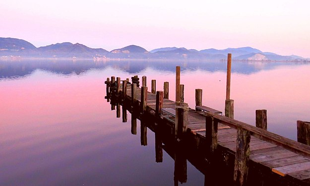 Lago di Massaciuccoli - il pontile - Torre del Lago Puccini.jpg