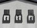 Linz-StMagdalena - Bronzereliefs Eule Pegasus Sonnenrad.jpg