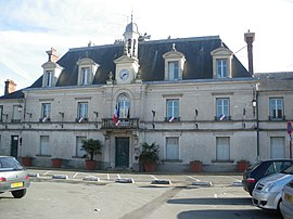 The town hall in Linas