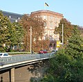 Mannhimer Schloss, bedrängt von Verkehrswegen - panoramio.jpg