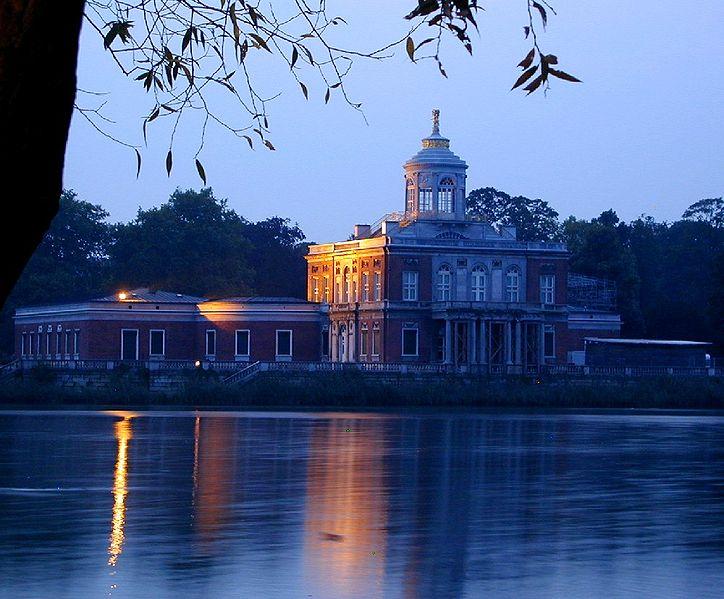 Мраморный дворец в стиле классицизма.
