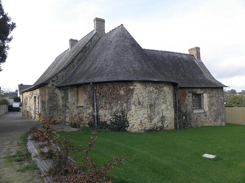 Ancienne église Saint-Pierre à Marpiré (35). Chevet et sacristie.