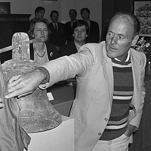 "Michael Hatcher - Michael Hatcher unveils a bell found at the ""Nanking cargo"" site (1986)"