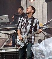 Музыка 180px-Mr._Hahn_%26_Mike_Shinoda%2C_Linkin_Park_%40_Sonisphere_2009