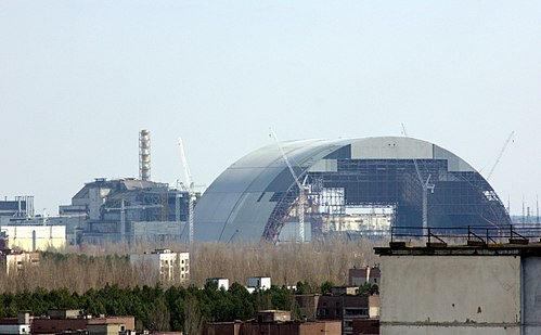 New Safe Confinement under construction in April 2015. Seen are the two sections joined together and nearing completion (Tim Porter, via Wikimedia Commons)