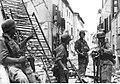 Niemieccy żołnierze po walkach ulicznych w jednym z włoskich miast (2-2369).jpg