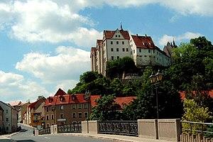 Blick von der Pöppelmann-Brücke über die Freiberger Mulde auf das Schloss Nossen