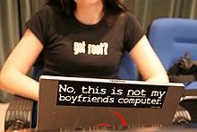 «Non ce n'est pas l'ordinateur de mon petit ami» précise le texte apposé sur le dos de cet ordinateur portable utilisé par une jeune femme. Le monde du numérique et de l'informatique est très masculin.