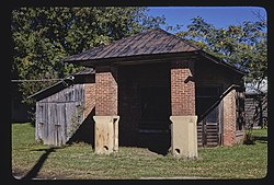 Old gas station, McEwen, Tennessee LOC 37765548746.jpg
