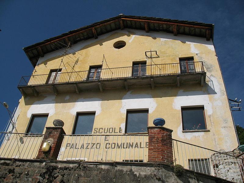 File:Oncino - Palazzo comunale.jpg